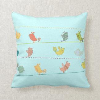 pájaros enrrollados en un azul de la almohada de