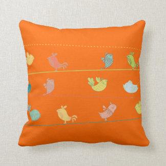 pájaros enrrollados en un pillow_orange del tiro cojines