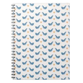 Pájaros escandinavos en el tema del jardín libros de apuntes