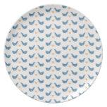 Pájaros escandinavos en el tema del jardín plato