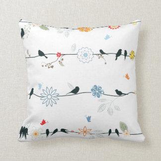 Pájaros femeninos en un alambre y flores cojín decorativo