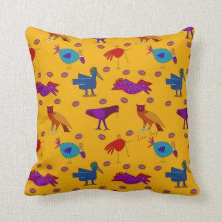 Pájaros - halcones púrpuras abstractos y pollos cojín