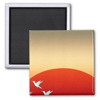 Pájaros hermosos que vuelan en cielo de la tarde imanes de nevera