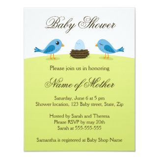 Pájaros lindos con la invitación azul de la fiesta