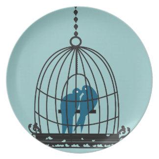 Pájaros lindos del amor del trullo que se besan plato
