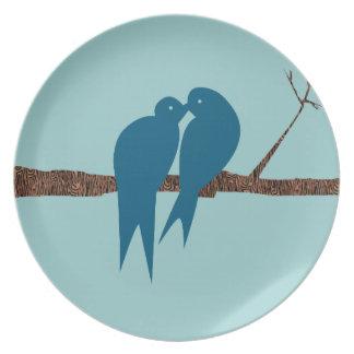 Pájaros lindos del amor del trullo que se besan plato de comida