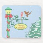 Pájaros lindos del navidad en el Lamppost Tapetes De Ratón