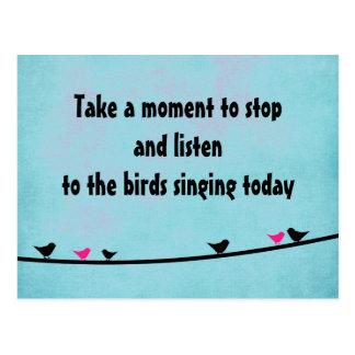 Pájaros lindos que cantan la postal