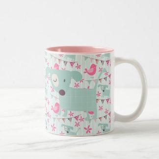 Pájaros, perros, banderas, flores taza de café de dos colores
