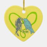 Pájaros que besan el ornamento del corazón de la v adorno de reyes