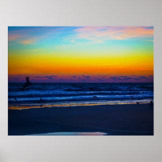 Pájaros que pescan en el amanecer en la playa póster