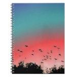 Pájaros que vuelan arriba cuaderno