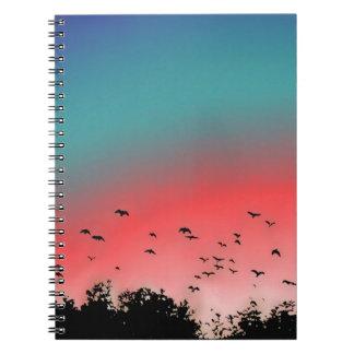 Pájaros que vuelan arriba libretas