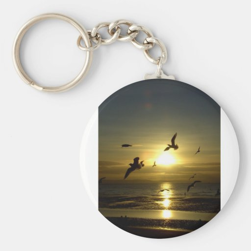 Pájaros que vuelan en la puesta del sol llavero redondo tipo pin