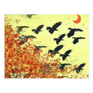 Pájaros que vuelan la luna roja postal