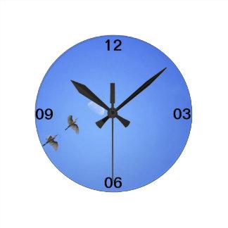 Pájaros que vuelan para estar en la luna en cielo  reloj de pared