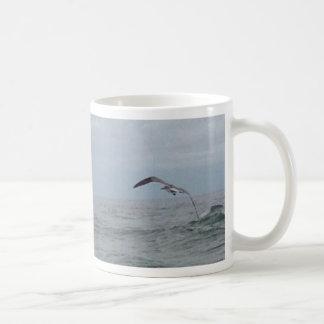 Pájaros que vuelan sobre el Atlántico Taza Básica Blanca