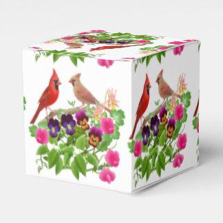 Pájaros rojos cardinales en caja del favor de las cajas para detalles de boda