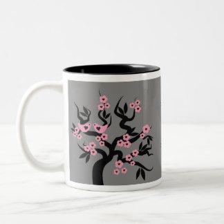 Pájaros rosados del amor en las tazas del árbol de