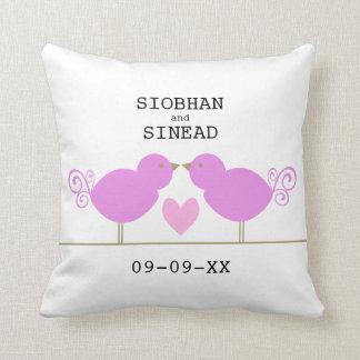 Pájaros rosados lindos con la almohada rosada del