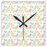 Pájaros rosados y mariposas azules relojes de pared