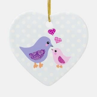 Pájaros rosados y púrpuras lindos de la madre y adorno de cerámica en forma de corazón