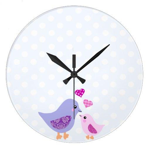 Pájaros rosados y púrpuras lindos de la madre y reloj redondo grande