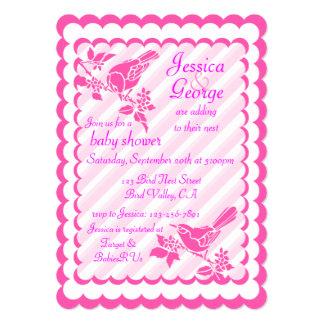 """Pájaros rosas claros con las rayas diagonales invitación 5"""" x 7"""""""
