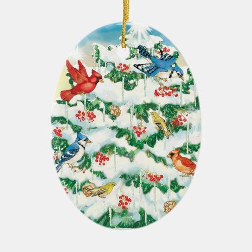 Pájaros salvajes en naturaleza con el árbol de ornamentos de navidad