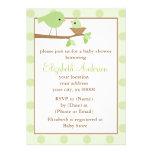 Pájaros verdes en una fiesta de bienvenida al bebé