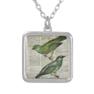Pájaros verdes sobre la página del libro del colgante cuadrado