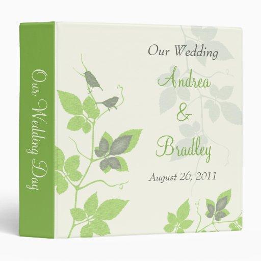 Pájaros verdes y hojas grises que casan la carpeta