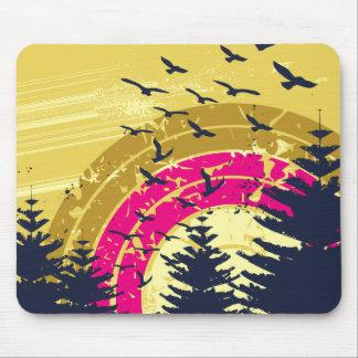 Pájaros y arco iris en el cielo de oro tapete de ratón