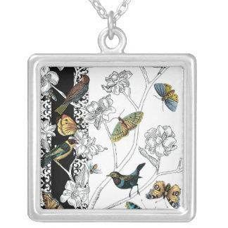 Pájaros y mariposa en un fondo negro y blanco colgante cuadrado