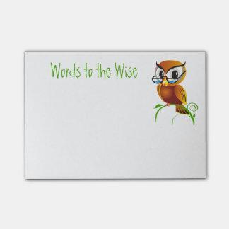 Palabras al dibujo animado sabio del búho notas post-it®