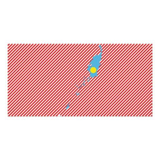 Palau señala el mapa por medio de una bandera tarjetas con fotos personalizadas