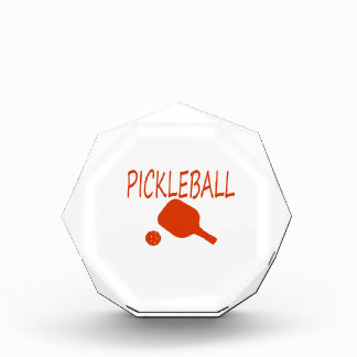 paleta y bola del pickleball w anaranjado oscuro