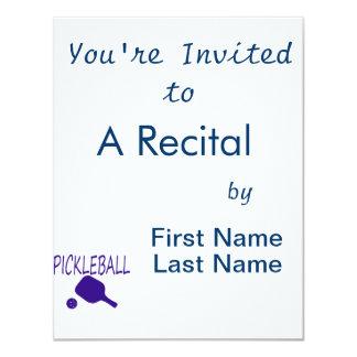 """paleta y bola del pickleball w azul marino invitación 4.25"""" x 5.5"""""""