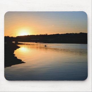 Paletas del Kayaker en el río en la puesta del sol Mouse Pad