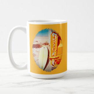Palillo de la tabla hawaiana de la resaca que taza de café
