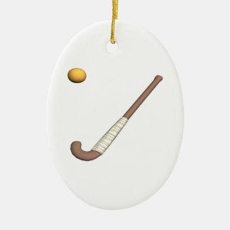 Palillo y bola de hockey hierba adorno navideño ovalado de cerámica