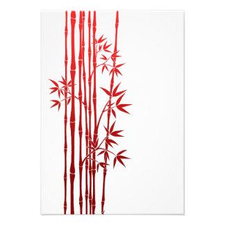 Palillos de bambú rojos con las hojas en blanco invitacion personalizada