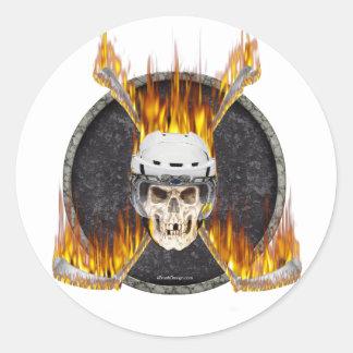 Palillos de hockey ardientes etiqueta redonda