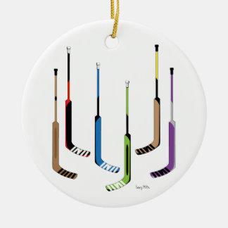 Palillos de hockey del portero adorno navideño redondo de cerámica