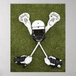 Palillos de LaCrosse, guantes, bolas y casco de lo Póster