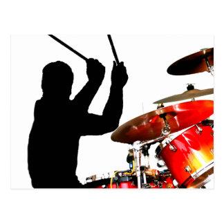 Palillos del batería en tambores reales de la postal
