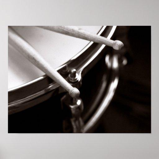 Palillos del tambor en la trampa blanco y negro póster