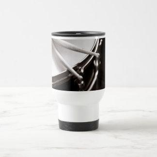 Palillos del tambor en la trampa blanco y negro taza térmica