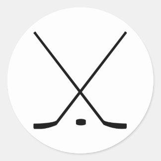 Palillos y duende malicioso de hockey etiqueta redonda