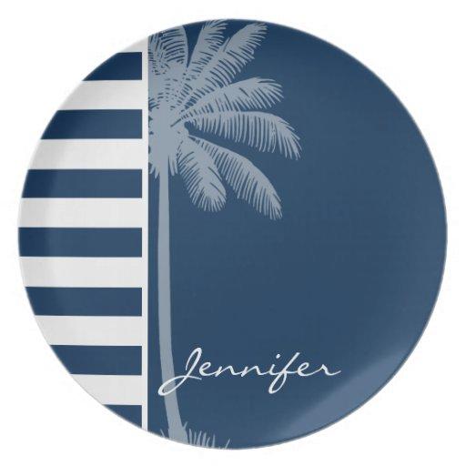 Palma del verano con las rayas azules de medianoch platos